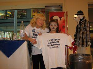 Nach dem Tiergesicht schminken, zeigt sich Hannah solidarisch