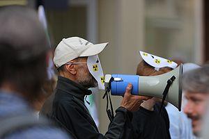{{fr|1=Un activiste Greenpeace, à Lille, manif...