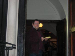 Günther Zirbi verteilt Infos zum Nachtgebet