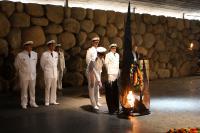"""Die deutsche Delegation des Einsatz- und Ausbildungsverbandes 2010 in der Holocaust-Gedenkstätte """"Yad Vashem"""" in Israel. Foto: Ricarda Schönbrodt, PIZ Marine."""