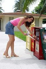 Frau kauft amerikanische Zeitungen