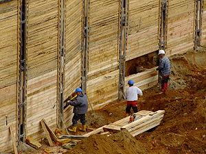 Arbeiter an Baugrubenwand