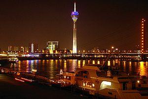 {{de|Düsseldorfer Rheinufer *Nächtliche Sicht ...