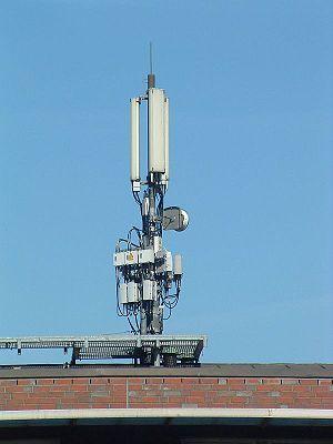 en: BTS on a roof in Hamburg de: Mobilfunk-Bas...