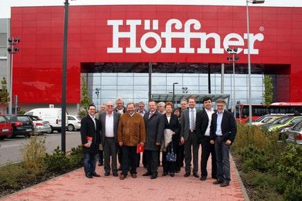 Die Duisburger Delegation vor dem Höffner-Möbelmarkt in München-Freiham