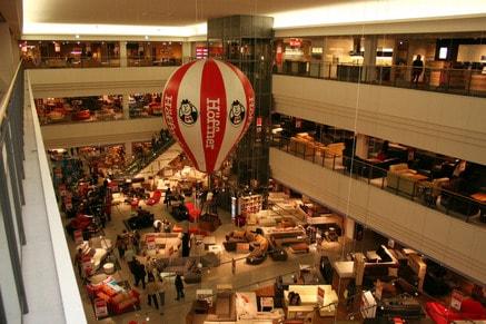 Innenansicht des Höffner-Möbelmarktes in München-Freiham