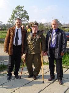Stepan Saliga (l.) und Kurt Simmchen mit einem OAU-Kämpfer. Der NKWD brach ihm 1948 die Beine. Er blieb jedoch ungebrochen.