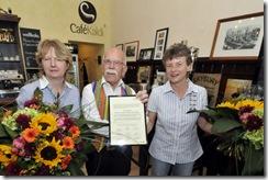 Unternehmerinnenbrief an Silke Laskowski (li.) und Britta Gies (re.) vom Cafe Kaldi in Duisburg-Ruhrort, überreicht durch den alteingesessen Ruhrorter Unternehmer Dieter Siegel-Pieper