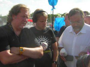 Duisburgs Oberbürgermeister Adolf Sauerland (CDU) nimmt in Gegenwart von Kreativitätschef Gorny und Spaßmaxe Pocher eine Prioritäts-SMS entgegen. Bild MeiserDuisburgs Oberbürgermeister Adolf Sauerland (CDU) nimmt in Gegenwart von Kreativitätschef Gorny und Spaßmaxe Pocher eine Prioritäts-SMS entgegen. Bild Meiser