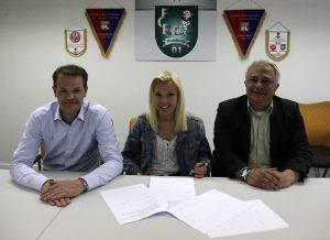 Vorsitzende Thomas Hückels (l.) und Sportdirektor Claudio Marcone mit Vanessa Wahlen