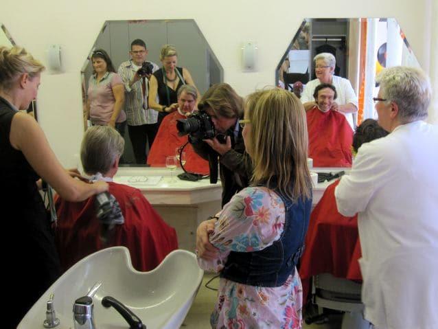 """PR-trächtige Haarschneide-Aktion beim Friseur Westerhelweg anlässlich des """"Verkaufsoffenen Sonntags"""" beim Ruhrorter Hafenfest 2011 (Foto: Franca Lohmann)"""