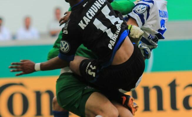 Elias Kachunga springt mit angezogenen Knien in der Duisburger Torwart Michael Ratajczak und erziehlt den Ausgleich zum 1:1