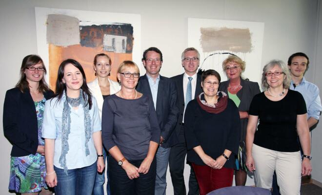 Die Vertreterinnen und Vertreter der Stadt Bochum, der Wirtschaftsförderung und der IHK trafen sich auf Einladung der Prorektorin, Prof. Dr. Irene Gerlach (hintere Reihe, 5. v. l.), zur Kick-Off-Sitzung in der Evangelischen Fachhochschule R-W-L.