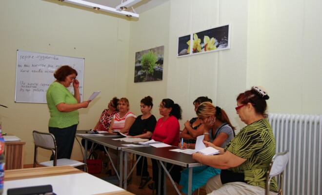 """Vasilka Bettzieche, Vorsitzende des Vereins """"Stimme der Migranten"""" beim Deutschunterricht mit bulgarischen Frauen"""