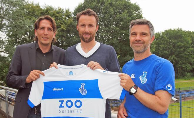 Sportdirektor Ivo Grlic, Neuzugang Zlatko Janjic und Trainer Gino Lettieri im Trainingszentrum des MSV in Meiderich.