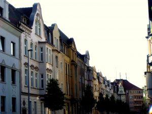Dickelsbachstraße: In Hochfeld sind noch etliche Jugendstil-Ensembles erhalten geblieben, die häufig liebevoll saniert wurden und einen bunten Fassadenanstrich erhielten. Ein besonders schönes Beispiel ist die Dickelsbachstraße.