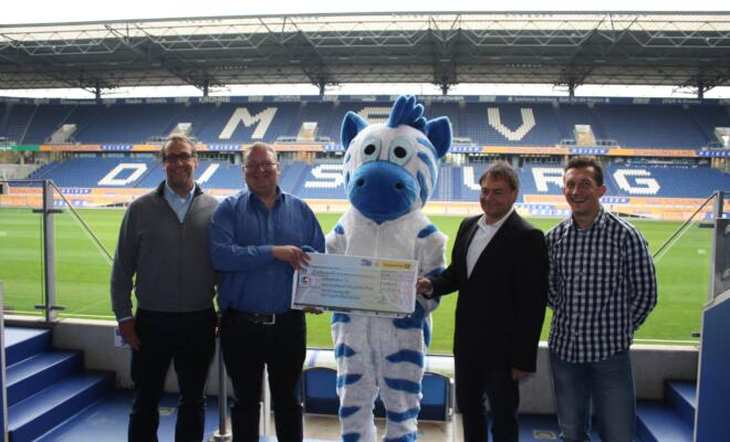 v.l. Lars Kingden (Manager VDV Wirtschaftsdienste), Michael Koch (1. Stellv. Vorsitzender zebrakids e.V.), Hugo, Detlev Steinebach (Manager Deutsche Post Nationalmannschaft), Markus Lützler (Manager VDV-Camp)