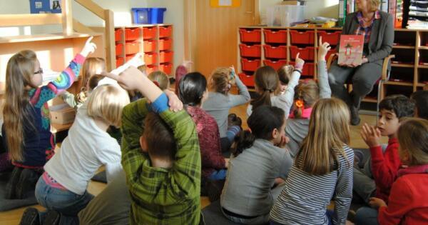 """Die SPD-Bundestagsabgeordnete und Zweitklässler der Gemeinschaftsgrundschule Mozartstraße lesen aus dem Buch 'Billy bei den Indianern'"""" Foto: Andrea Demming-Rosenberg"""