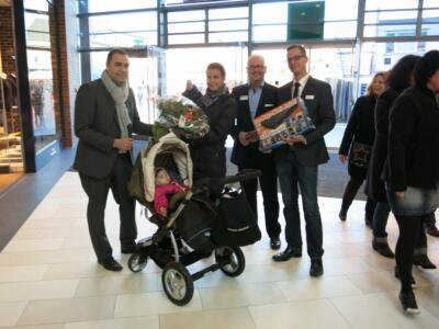 Lejla Mujagic und ihre Tochter Dilara aus Duisburg-Walsum wurden von Herrn Marc Hellmich, Centermanager Michael Schneider und Herrn Michael Terodde (expert) überrascht und konnten einen Blu-Ray Player inklusive 10 DVDs von expert mit nach Hause nehmen.