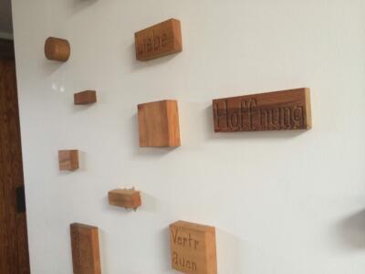 Holzsteine mit Begriffen