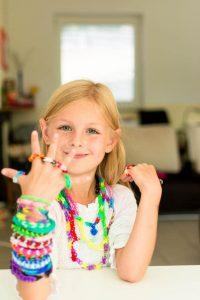© istock.com/lovro77  Mit den bunten Gummibändern häkeln sich Kinder Armbänder, Ketten, Ringe und noch vieles mehr.