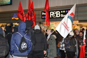 Anti-PEGIDA Demonstranten im Duisburger Hauptbahnhof