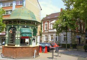 """Der gründerzeitliche Hamborner Altmarkt wird von stattlichen Altbauten gesäumt. Türkische Händler verkaufen niederrheinisches Obst und Gemüse. Ein echter """"Hingucker"""" ist der Dönerstand im Jugendstil - Foto: Privat"""