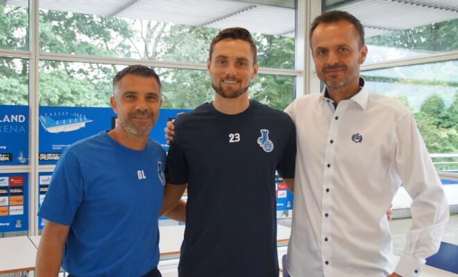 Cheftrainer Gino Lettieri, Neuzugang James Holland und Geschäftsführer Bernd Mass