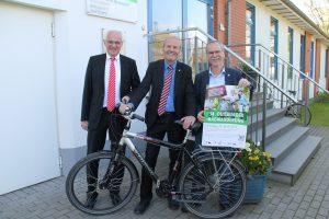 Foto: v.l. Andreas Vanek (Sparkasse Duisburg), Rainer Bischoff (Vorstandsvorsitzender SSB Duisburg), Georg Puhe (Stadt Duisburg)