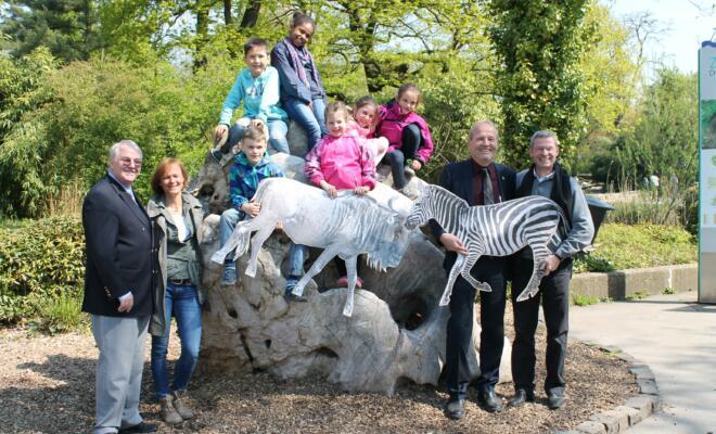 Foto von links: Lutz Stermann (Lions Clubs in Duisburg), Anette Hausmann (GGS Hermann-Grothe-Str.), 6 Schüler der GGS Hermann-Grothe-Str., Rainer Bischoff (Vorstandsvorsitzender SSB Duisburg), Achim Winkler (Direktor Zoo Duisburg)