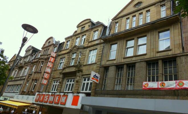Prächtige Gründerzeitfassaden künden noch vom langjährigen Wohlstand des Duisburger Nordens - beispielsweise in der Jägerstraße, der Fußgängerzone von Alt-Hamborn. (Foto: Jens Schmidt)