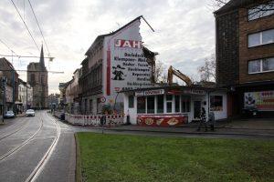 """Immer weiter frisst sich der Abrisswahn durch den Duisburger Norden: Hier werden als """"Schrottimmobilien"""" deklarierte Häuser in Laar kurzerhand """"rückgebaut"""", wie es beschönigend heißt - so dass sich ArcelorMittal ausbreiten kann. (Foto: Katrin Gems)"""