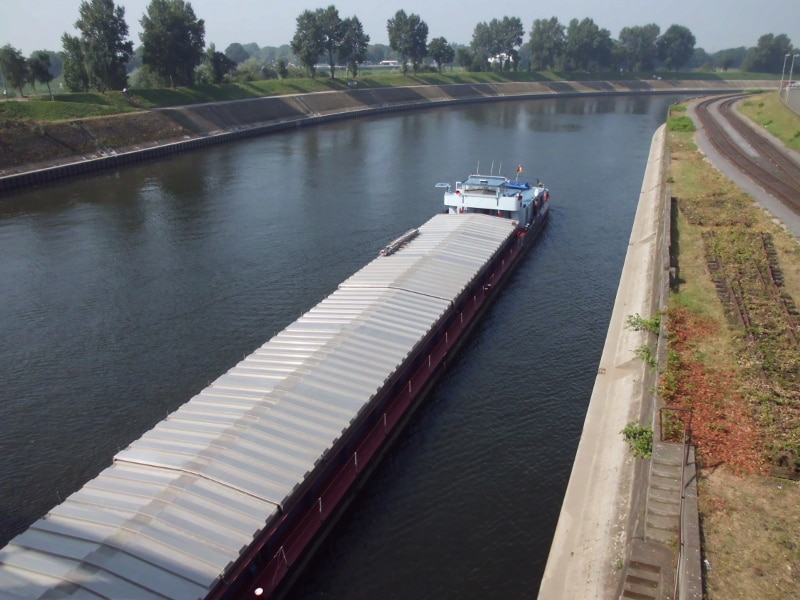 Rhein-Herne-Kanal von der Brücke nach Ruhrort - (c) Reinhard Matern
