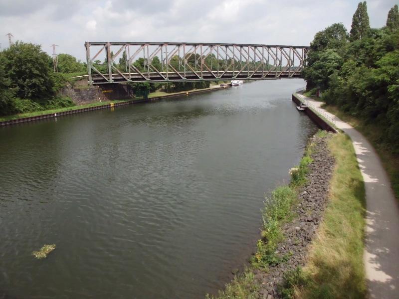 lick von der Fußgängerbrücke auf den Kanal und auf eine Eisenbahnbrücke - (c) Reinhard Matern