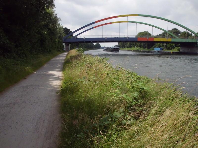 Autobrücke und Binnenschiff - (c) Reinhard Matern