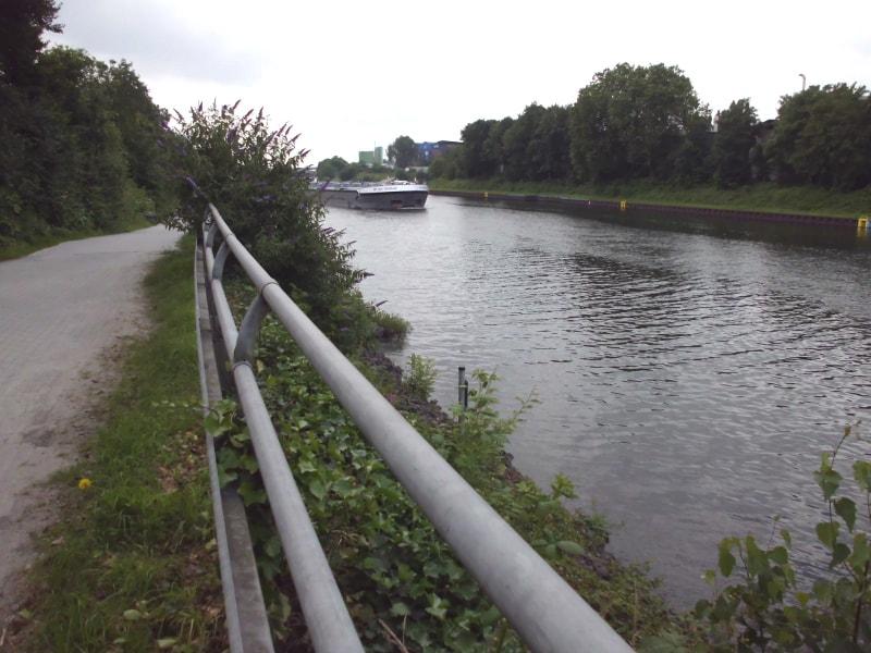 Hinter der Autobrücke ein weiteres Schiff - (c) Reinhard Matern