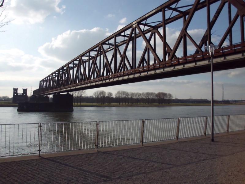 Eisenbahnbruecke vom Rheinpark aus 2 (c) Reinhard Matern