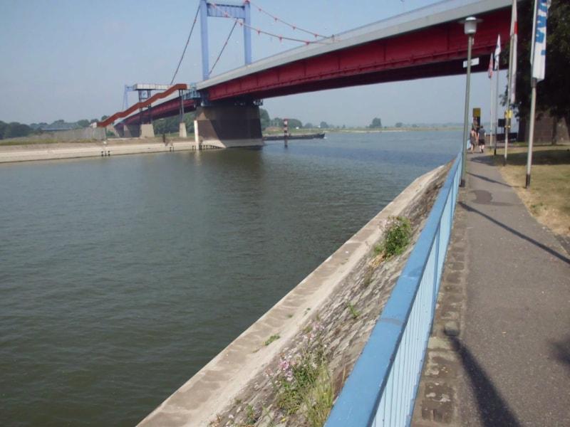 Kanalmündung in den Rhein 1 - (c) Reinhard Matern
