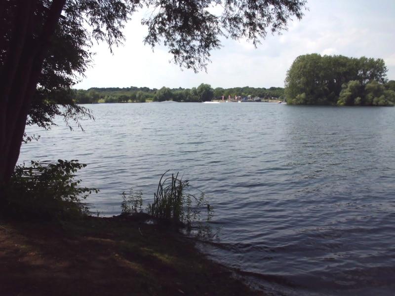 Im Hintergrund eine Wassersportanlage - (c) Reinhard Matern
