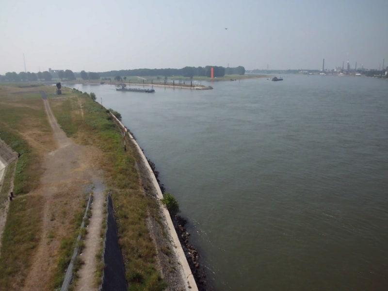 Mündungen von Rhein-Herne-Kanal (Schiff) und Ruhr (Rheinorange) in den Rhein - (c) Reinhard Matern