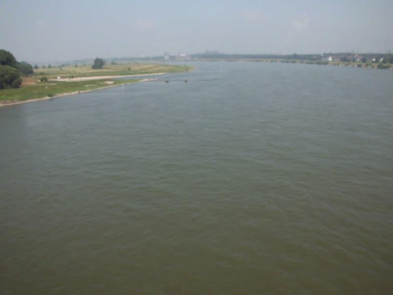 Rhein in Richtung Norden - links Homberger Rheinwiesen - (c) Reinhard Matern