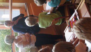 Monika Pieper (rechts) und Ruth Klauck (links) besuchen den Unterricht in Klasse drei.