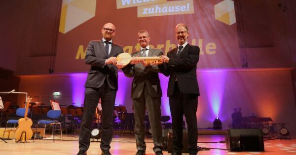 Schlüsselübergabe durch Oberbürgermeister Sören Link, Thomas Krützberg (Kulturdezernent Stadt Duisburg) und Peter Joppa (Geschäftsführer Duisburg Kontor Hallenmanagement) (v.l.n.r.)
