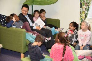 Mahmut Özdemir, MdB mit den Kindern der Kita Dieselstraße beim Bundesweiten Vorlesetag