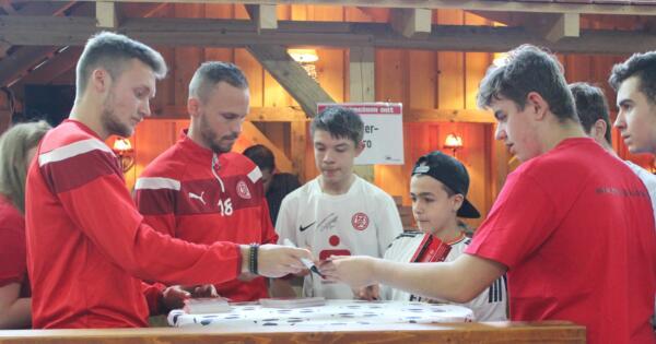 Kleines Highlight: Autogrammstunde mit den RWE-Spielern Malura und Meier. Foto: RWE