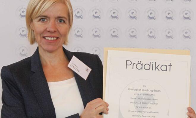 TEQ-Prädikatverleihung an Dr. Lisa Mense, stellvertretende UDE-Gleichstellungsbeauftragte)