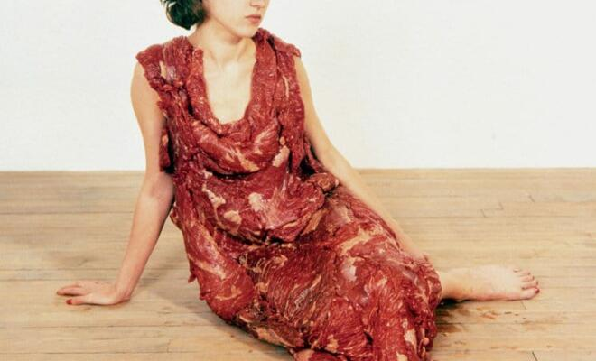 Abb.: Jana Sterbak, Vanitas: Flesh Dress For An Albino Anorexic, 1987, MNAM – Centre Pompidou, Paris, (c) Jana Sterbak