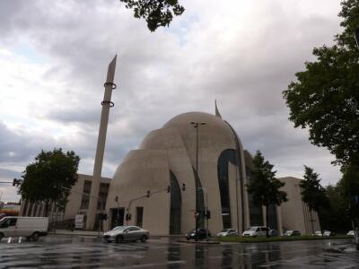 DITIB-Zentralmoschee Köln Fotohinweis: [Cologne Central Mosque, DITIB-Zentralmoschee Köln 3](https://flic.kr/p/pKpGGQ) von [Bjarke Liboriussen](https://www.flickr.com/photos/75816597@N07/) unter [Lizenz CC BY 2.0](https://creativecommons.org/licenses/by/2.0/)