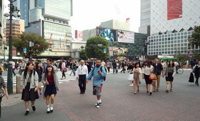 Smartphone-Nutzer auf der berühmten Shibuya-Kreuzung in Tôkyô (Foto: Deirdre Sneep/IN-EAST)
