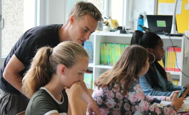 Der neue Teach-First-Fellow Philipp Noak betreut während seiner Qualifizierungsphase Schüler und Schülerinnen, die sich während der Sommerferien auf einen Abschluss vorbereiten. Ab diesem Schuljahr ist er am Elly-Heuss-Knapp Gymnasium in Duisburg-Marxloh im Einsatz.